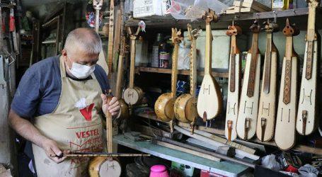 تركي يحّول قبو منزله إلى ورشة لصناعة الآلات الموسيقية