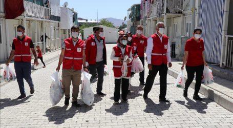 بمناسبة عيد الفطر.. الهلال الأحمر التركي وجمعيات خيرية تقدم ملابس لعائلات عربية في عدة ولايات تركية